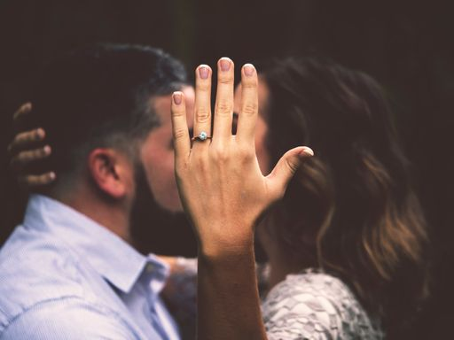 Romantik pur mit verspielten Hochzeitseinladungen und romantischen Hochzeitseinladungen von hochzeitseinladungen.de.