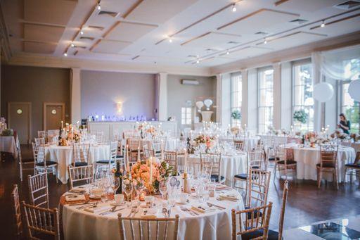 Individuelle Bestecktaschen greifen das Motto eurer Hochzeit auf und tragen zu einem runden Gestamtbild bei.