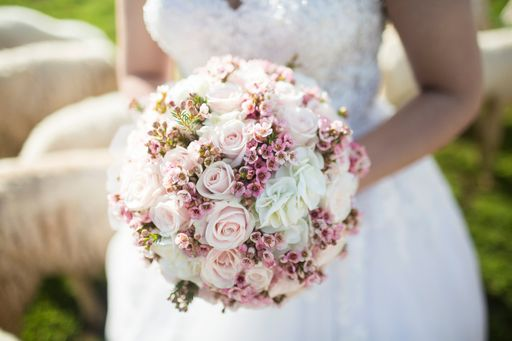 Wunderschöne florale Hochzeitseinladungen mit Rosen oder blumige Hochzeitseinladungen mit Ornamenten gibt es bei hochzeitseinladungen.de.