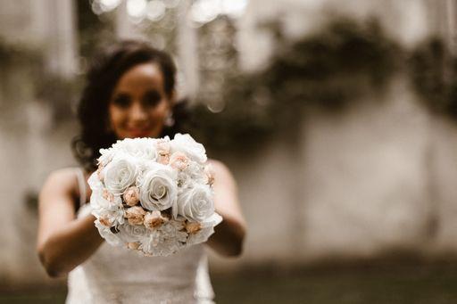 Bei hochzeitseinladungen.de findet ihr verschiedene florale Save the Date Karten und blumige Save the Date Karten für eure Hochzeit.