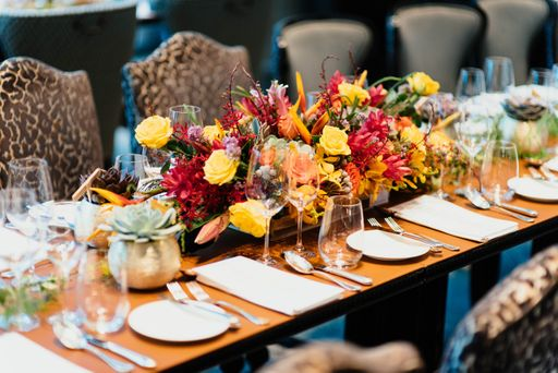 Die Bestecktaschen sind ein optisches Highlight auf eurer Hochzeitstafel.