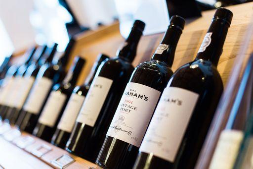 Lasst moderne Weinetiketten oder minimalitische Weinetiketten für euren Hochzeitswein vom Profi gestalten.