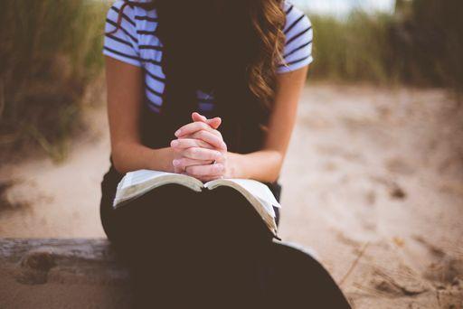 Lasst euer Kind einen schönen Spruch für eure Einladungen zur Kommunion oder Konfirmation aussuchen.