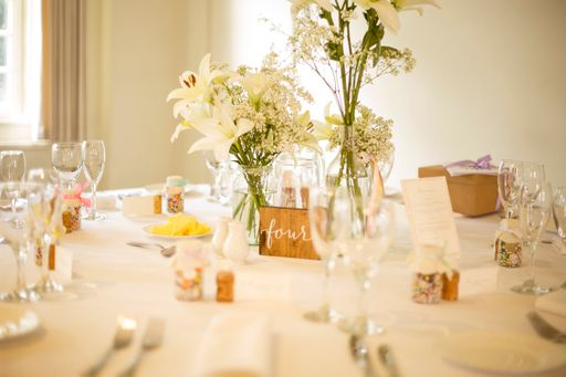 Die passenden Tischkarten zu eurer Hochzeitsdekoration werden euren Gästen sofort ins Auge springen.