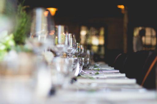 Hier findet ihr klassische Bestecktaschen und elegante Bestecktaschen zum professionell Gestalten lassen.