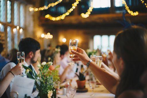Mit schönen Menükarten macht ihr euren Hochzeitsgästen richtig Lust auf euer Hochzeitsessen.