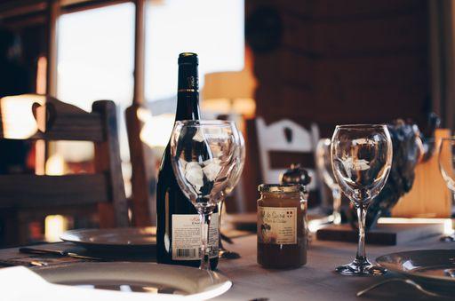 Bietet euren Gästen eine Auswahl an verschiedenen Weinen an, die ihr mit individuellen Weinetiketten bekleben könnt.