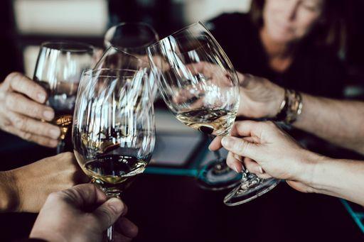 Der richtige Wein für eure Hochzeit mit unseren klassischen Weinetiketten oder unseren eleganten Weinetiketten.