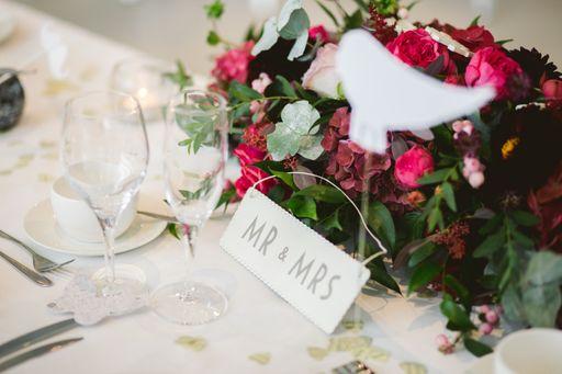 Romantische Tischkarten und verspielte Tischkarten helfen euren Gäste bei der Sitzplatzsuche.