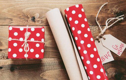 Bei uns findet ihr romantische Geschenkanhänger und verspielte Geschenkanhänger für eure Gastgeschenke zur Hochzeit