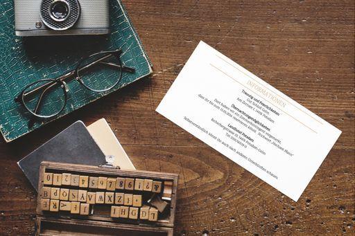 Gestaltet eure Einlegekarten im Stil eurer Hochzeitseinladungen.